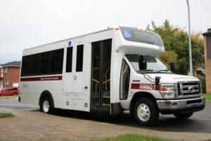 Autobus accessible avec rampe d'acces