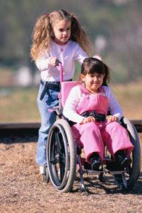 jeune fille soeur, dont une en chaise roulante